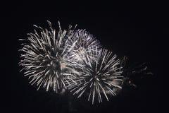 Άσπρα πυροτεχνήματα τη νύχτα Στοκ εικόνα με δικαίωμα ελεύθερης χρήσης