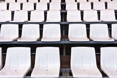 Άσπρα πλαστικά καθίσματα Στοκ Εικόνα