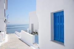 Άσπρα πλυμένα σπίτια των ελληνικών νησιών στοκ εικόνες