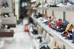 Άσπρα ράφια μαγαζιό με τα παπούτσια και τις τσάντες στοκ εικόνα με δικαίωμα ελεύθερης χρήσης