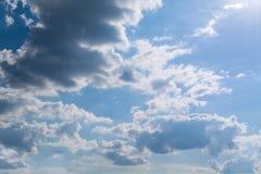 Άσπρα σγουρά σύννεφα σε έναν μπλε ουρανό 1 ανασκόπηση καλύπτει το νεφελώδη ουρανό Στοκ εικόνα με δικαίωμα ελεύθερης χρήσης
