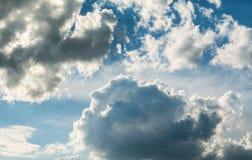 Άσπρα σγουρά σύννεφα σε έναν μπλε ουρανό 1 ανασκόπηση καλύπτει το νεφελώδη ουρανό Στοκ Φωτογραφίες