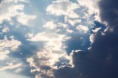 Άσπρα σγουρά σύννεφα σε έναν μπλε ουρανό 1 ανασκόπηση καλύπτει το νεφελώδη ουρανό Στοκ Εικόνα