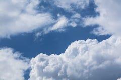 Άσπρα σγουρά σύννεφα σε έναν μπλε ουρανό 1 ανασκόπηση καλύπτει το νεφελώδη ουρανό Στοκ φωτογραφία με δικαίωμα ελεύθερης χρήσης