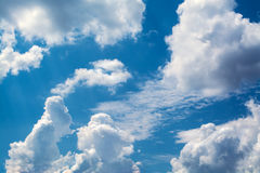 Άσπρα σγουρά σύννεφα σε έναν μπλε ουρανό 1 ανασκόπηση καλύπτει το νεφελώδη ουρανό Στοκ Εικόνες