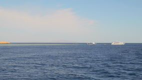 Άσπρα σκάφη αναψυχής στη θάλασσα απόθεμα βίντεο