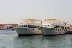 Άσπρα σκάφη που σταθμεύουν στην ακτή Ερυθρών Θαλασσών Στοκ Εικόνα