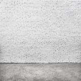 Άσπρα σκηνικά τούβλου και πάτωμα τσιμέντου Υπόβαθρο πλινθοδομής στοκ εικόνες