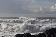 Άσπρα σπάζοντας κύματα Στοκ Εικόνες