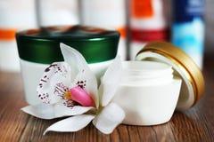 Άσπρα στρογγυλά εμπορευματοκιβώτια γυαλιού με την μπεζ κρέμα Στοκ Εικόνες