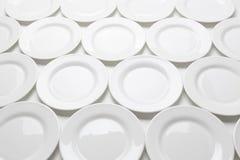 Άσπρα στρογγυλά πιάτα που απομονώνονται στο άσπρο υπόβαθρο Στοκ Εικόνα