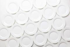 Άσπρα στρογγυλά πιάτα στο άσπρο υπόβαθρο, τοπ άποψη Στοκ εικόνες με δικαίωμα ελεύθερης χρήσης