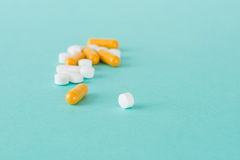 Άσπρα στρογγυλά χάπια και πορτοκαλί ιατρική καψών Στοκ φωτογραφίες με δικαίωμα ελεύθερης χρήσης