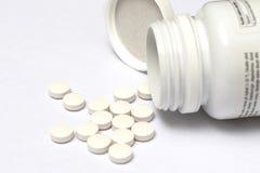 Άσπρα στρογγυλά χάπια που ανατρέπουν τη μορφή το μπουκάλι του Στοκ Εικόνες