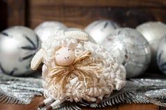 Άσπρα σφαίρες και πρόβατα Χριστουγέννων με ξύλινο Στοκ Εικόνες