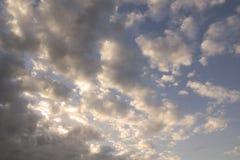 Άσπρα σύννεφα ήλιων και σωρειτών ενάντια σε έναν όμορφο μπλε ουρανό Στοκ Εικόνα