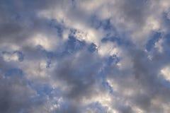 Άσπρα σύννεφα ήλιων και σωρειτών ενάντια σε έναν όμορφο μπλε ουρανό Στοκ εικόνα με δικαίωμα ελεύθερης χρήσης