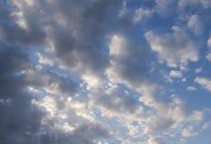 Άσπρα σύννεφα ήλιων και σωρειτών ενάντια σε έναν όμορφο μπλε ουρανό Στοκ Εικόνες