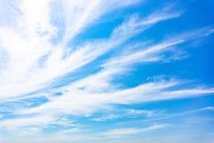 Άσπρα σύννεφα αέρα στο μπλε ουρανό στοκ φωτογραφία με δικαίωμα ελεύθερης χρήσης