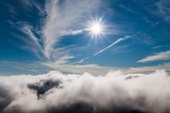 Άσπρα σύννεφα ενάντια στο μπλε ουρανό στο ηλιοβασίλεμα Στοκ φωτογραφία με δικαίωμα ελεύθερης χρήσης