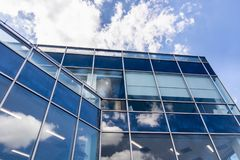 Άσπρα σύννεφα και αντανάκλαση μπλε ουρανού στο κτίριο γραφείων στοκ εικόνες με δικαίωμα ελεύθερης χρήσης