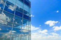 Άσπρα σύννεφα και αντανάκλαση μπλε ουρανού στο κτίριο γραφείων στοκ φωτογραφίες με δικαίωμα ελεύθερης χρήσης