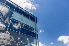 Άσπρα σύννεφα και αντανάκλαση μπλε ουρανού στο κτίριο γραφείων στοκ φωτογραφία με δικαίωμα ελεύθερης χρήσης