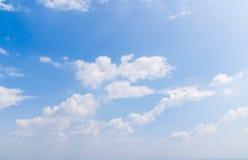 Άσπρα σύννεφα και σαφής bluesky καιρική φύση Στοκ Φωτογραφίες