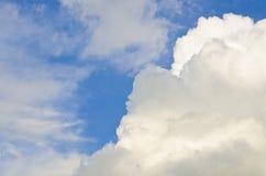 Άσπρα σύννεφα και συμπαθητικός ουρανός στοκ φωτογραφίες