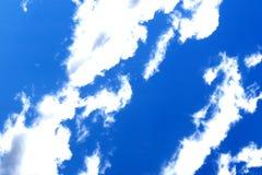 Άσπρα σύννεφα κατά την ευρεία άποψη γωνίας μπλε ουρανού στοκ φωτογραφίες