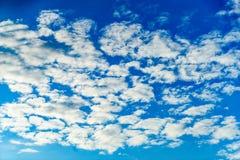 Άσπρα σύννεφα με το μπλε ουρανό Στοκ εικόνες με δικαίωμα ελεύθερης χρήσης