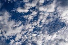 Άσπρα σύννεφα με το μπλε ουρανό Στοκ Εικόνες