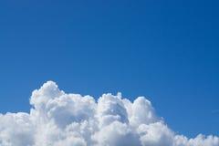 Άσπρα σύννεφα με το μπλε ουρανό Στοκ Φωτογραφίες
