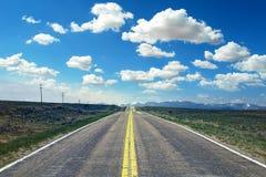 Άσπρα σύννεφα ουρανού τομέων εθνικών οδών roadblue Στοκ Φωτογραφίες