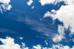 Άσπρα σύννεφα πέρα από το μπλε ουρανό Στοκ φωτογραφία με δικαίωμα ελεύθερης χρήσης