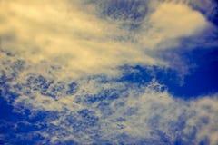 Άσπρα σύννεφα που διασκορπίζονται στον ουρανό Στοκ Εικόνες