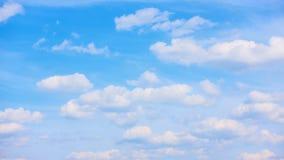 Άσπρα σύννεφα που κινούνται πέρα από το μπλε ουρανό - timelapse φιλμ μικρού μήκους