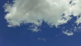 Άσπρα σύννεφα που κινούνται πέρα από το μπλε ουρανό timelapse