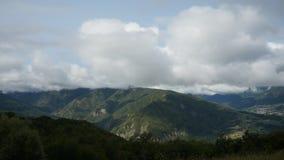 Άσπρα σύννεφα που κινούνται στα βουνά απόθεμα βίντεο