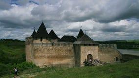 Άσπρα σύννεφα που περνούν από πέρα από ένα παλαιό κάστρο σε Khotin, Ουκρανία απόθεμα βίντεο
