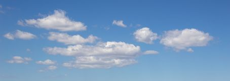 Άσπρα σύννεφα σε έναν μπλε ουρανό στοκ εικόνα με δικαίωμα ελεύθερης χρήσης