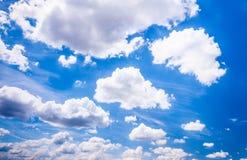 Άσπρα σύννεφα σε έναν μπλε ουρανό στοκ εικόνες