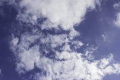 Άσπρα σύννεφα σε ένα μπλε το απόγευμα Στοκ Εικόνες