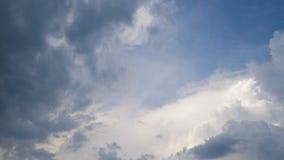 Άσπρα σύννεφα στη θερινή ηλιόλουστη ημέρα καθαρός εκτυφλωτικός καιρός μπλε ουρανών, που cloudscape στον ορίζοντα, χαλάρωση φιλμ μικρού μήκους