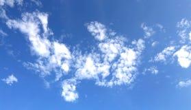Άσπρα σύννεφα στον μπλε σαφή ουρανό Στοκ εικόνα με δικαίωμα ελεύθερης χρήσης