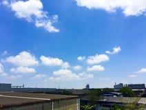 Άσπρα σύννεφα στο μπλε ουρανό στη φωτεινή ημέρα στοκ φωτογραφία με δικαίωμα ελεύθερης χρήσης