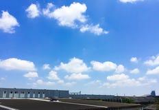 Άσπρα σύννεφα στο μπλε ουρανό στη φωτεινή ημέρα στοκ εικόνα με δικαίωμα ελεύθερης χρήσης