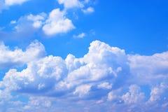 Άσπρα σύννεφα στο μπλε ουρανό 171018 0138 Στοκ εικόνα με δικαίωμα ελεύθερης χρήσης