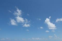 Άσπρα σύννεφα στο μπλε ουρανό. στοκ εικόνα με δικαίωμα ελεύθερης χρήσης