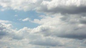 Άσπρα σύννεφα στο μπλε ουρανό cloudscape, σε έναν χρόνο ημέρας απόθεμα βίντεο